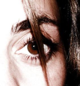 woman-eyes-fear-1438155 copia